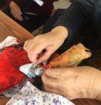 кукла-берегиня в руках быбушки