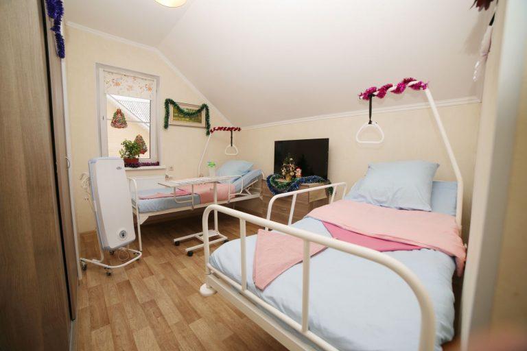 Многофункциональные кровати с упором в пансионате для пожилых людей