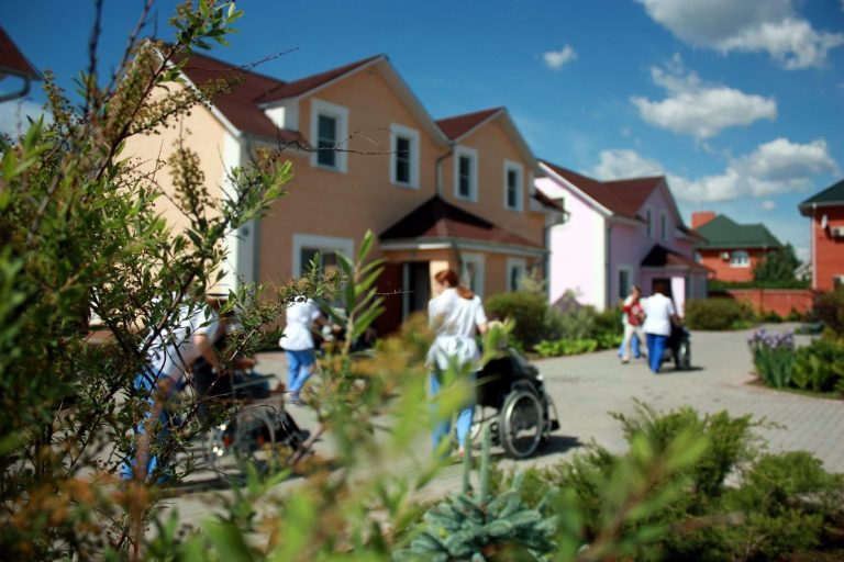 Прогулка с лежачими больными в пансионате для пожилых людей