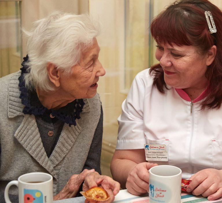 Присмотр за престарелым человеком за едой